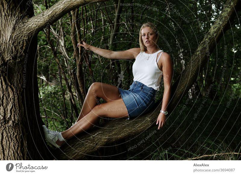Portrait einer jungen Frau auf einem Ast sitzt junge Frau blond Lächeln Schmuck schön langhaarig Landschaft gebräunt selbstbewußt Sommer natürlich weiblich