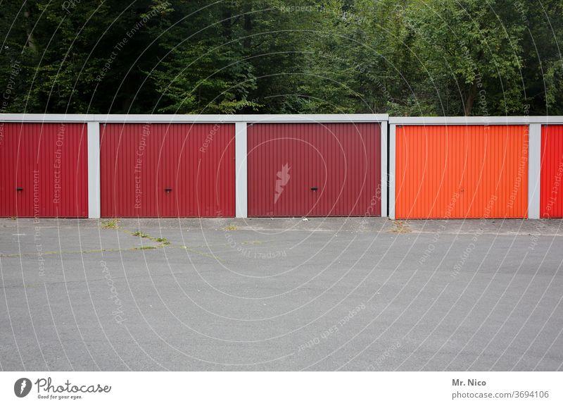 Farbkombination |rot , roter , am rotesten Garage Garagentor Garagentore Einfahrt Gebäude Tor Parkplatz Reihe Asphalt geschlossen dunkelrot hellrot Parkhaus