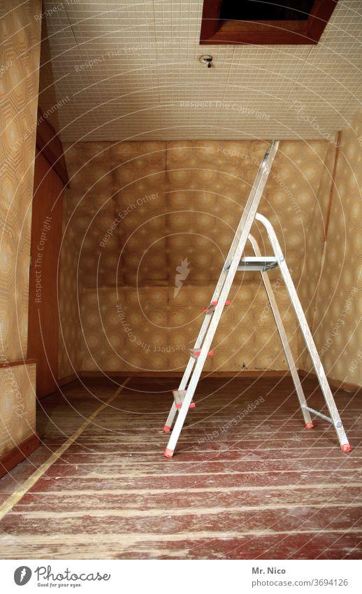 altes haus , neue leiter Leiter Renovieren Wohnung Häusliches Leben Raum Modernisierung Sanieren Baustelle Dachboden Holzboden Tapete Altbau Hilfsbereitschaft