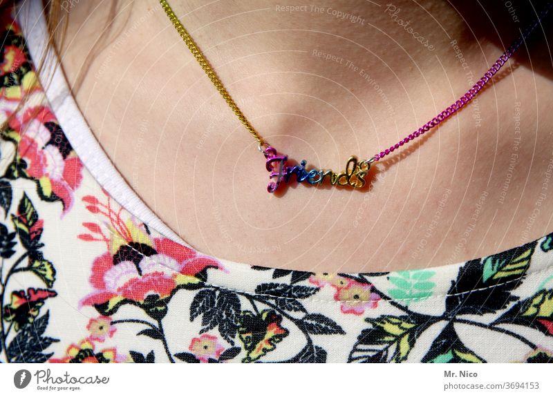 Freundschaft Kette Schmuck Hals Halskette Haut bunt teenager Mädchen mädchenhaft jung Lifestyle gelb pink friendship Nahaufnahme Detailaufnahme Accessoire