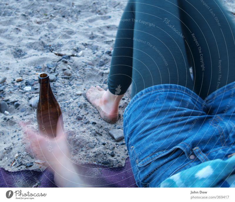 island in the sun Strand feminin Junge Frau Jugendliche Hand Beine Fuß 1 Mensch Hotpants trinken Freude Glück Fröhlichkeit Zufriedenheit Bier Bierflasche
