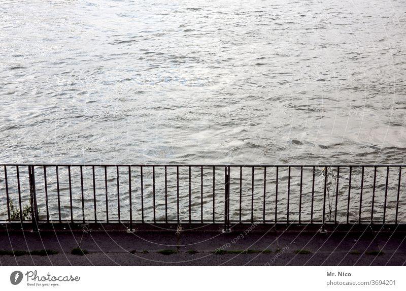 Geländer am Wasser Fluss Sicherheit Metall Abgrenzung Ufer Flussufer Gitter Gewässer fließen See Wellen Steg Brüstung schutz kai Seeufer Begrenzung grau