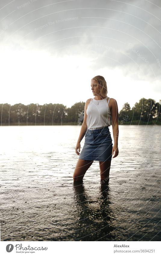 Portrait einer jungen Frau in einem See junge Frau blond Lächeln Schmuck schön langhaarig Landschaft gebräunt selbstbewußt Sommer natürlich weiblich glücklich