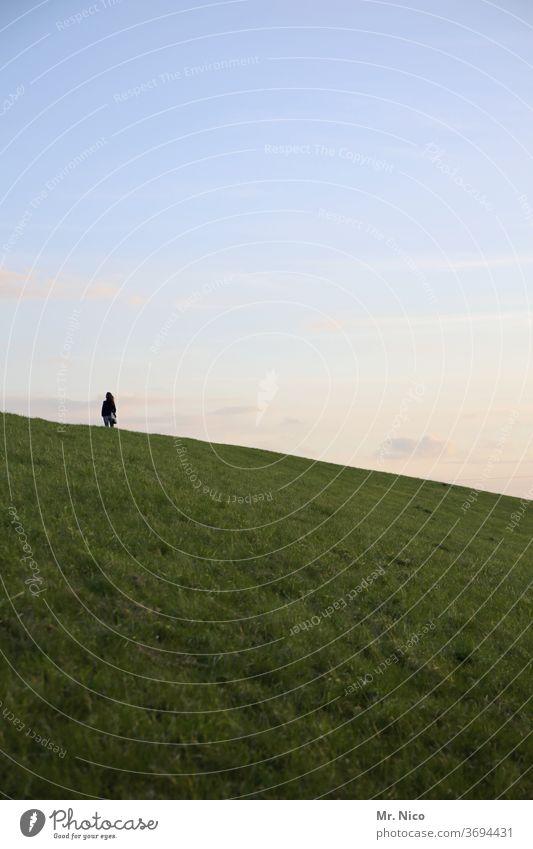 Lieblingsmensch I auf dem weg nach oben Hügel Hügellandschaft Landschaft Himmel Natur Umwelt Sommer ländlich Gras grün Wiese Wolken Idylle Berge u. Gebirge