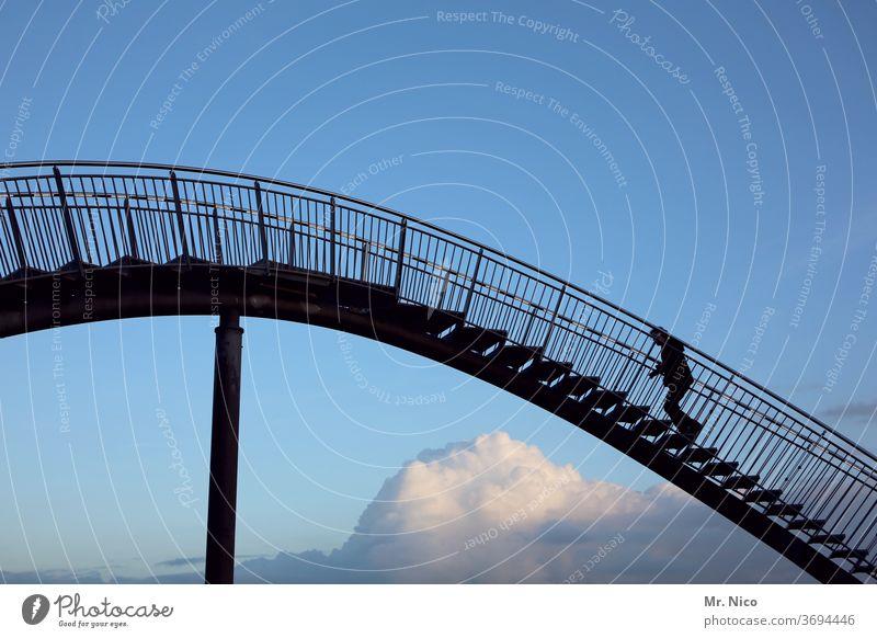 über den Wolken... schwungvoll Industriekultur Skulptur Stahlträger Kunst Bauwerk Sehenswürdigkeit Schwung Kurve Wölbung Achterbahn Wege & Pfade