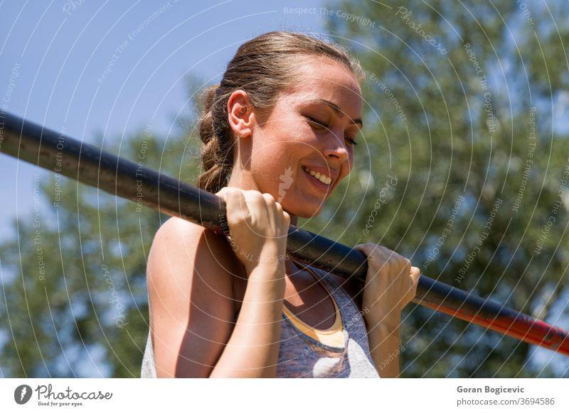 Junge brünette Frau beim Klimmzug auf einer Sportstange am Sommertag Training im Freien Menschen Übung Fitness Körper stark jung passen Person Erwachsener