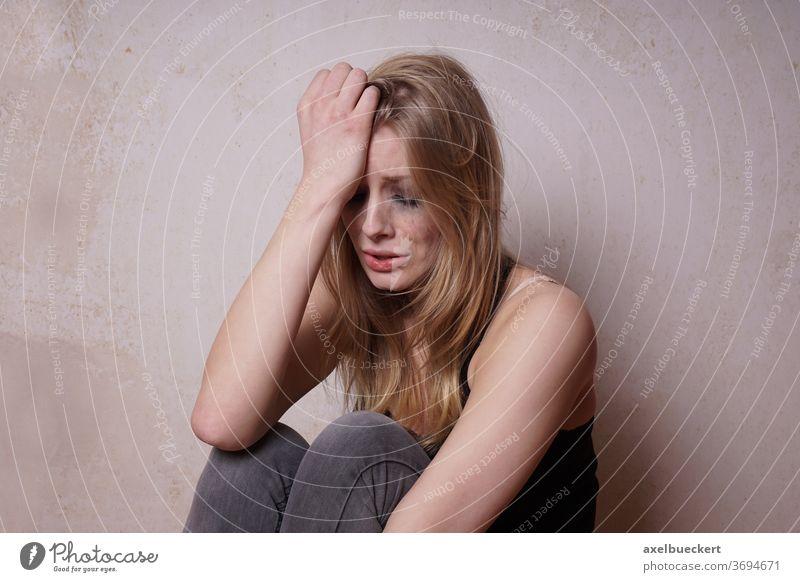 tränenverschmierte junge Frau Liebeskummer weinen Traurigkeit Depression Verzweiflung Weinen traurig Mädchen tränenreich Emotion emotional gebrochenes Herz