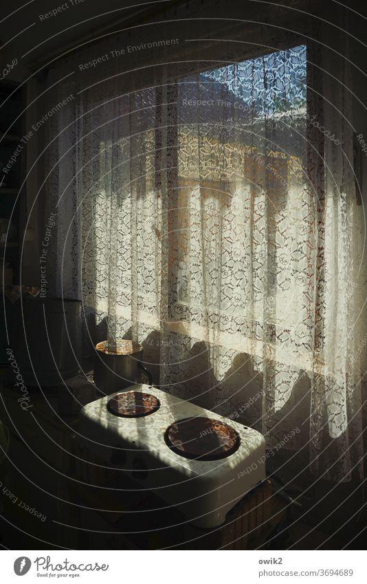 Alte Küche Fenster Gardine Herd & Backofen Kochplatte Waschhaus Holz Metall Wärme alt warten leuchten Rost ruhig stagnierend Einsamkeit Stimmung Vergangenheit