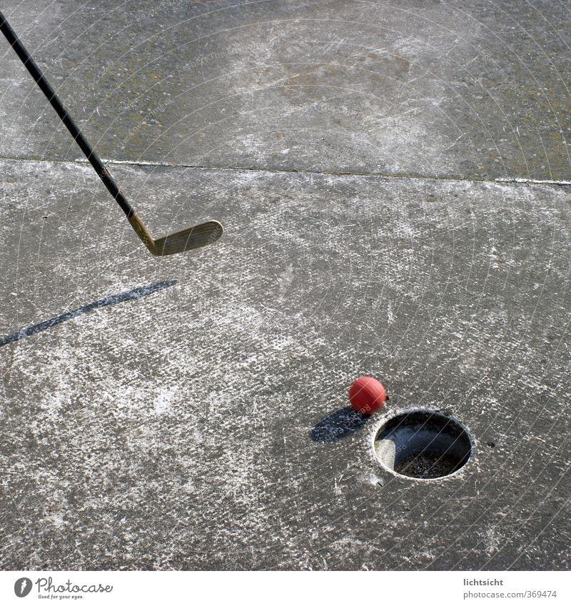 Ziel des Spiels alt rot Sport Spielen grau Stein Freizeit & Hobby Beton Ball Kugel schäbig Loch rollen Abnutzung Schlag