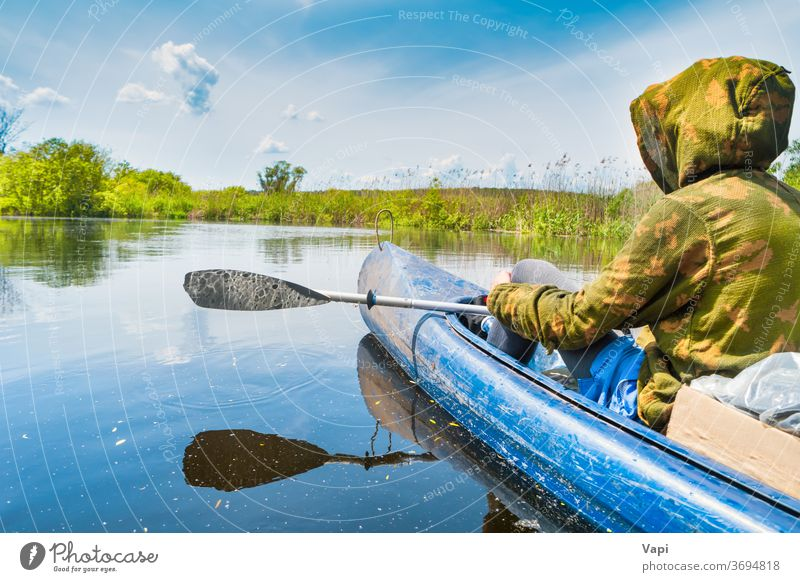 Paar bei Kajakfahrt auf dem blauen Fluss Mann Menschen Wasser Kanu Natur Baum Ausflug Wald Cloud Windstille Himmel reisen Landschaft grün Sommer Ansicht