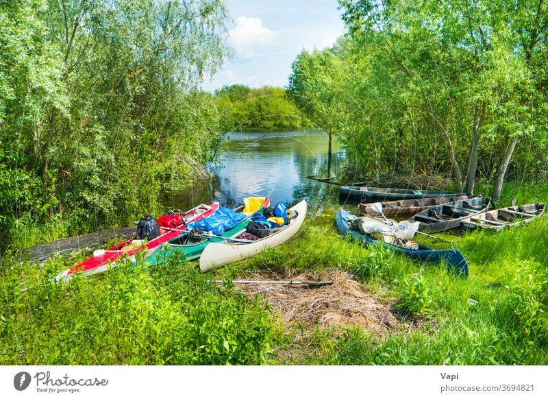 Viele beladene Kajaks mit Fracht auf dem Fluss Boot Wasser Kanu Bäume Aktivität Sommer Urlaub reisen Taschen Ladung aufgeladen Fischerboot Sträucher Baum