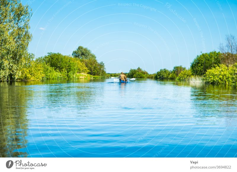 Paar bei Kajakfahrt auf blauer Flusslandschaft Menschen Wasser Kanu Natur Baum Ausflug Wald Cloud Windstille Himmel reisen Landschaft grün Sommer Ansicht