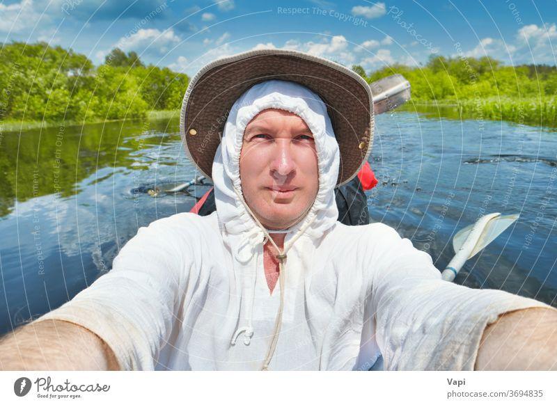 Lächelnder Mann beim Selbstfoto im Kajak Selfie Wasser Fluss Spaß lächelnder Mann Kanu Sommer Abenteuer im Freien Sport jung Urlaub Natur Menschen Lifestyle