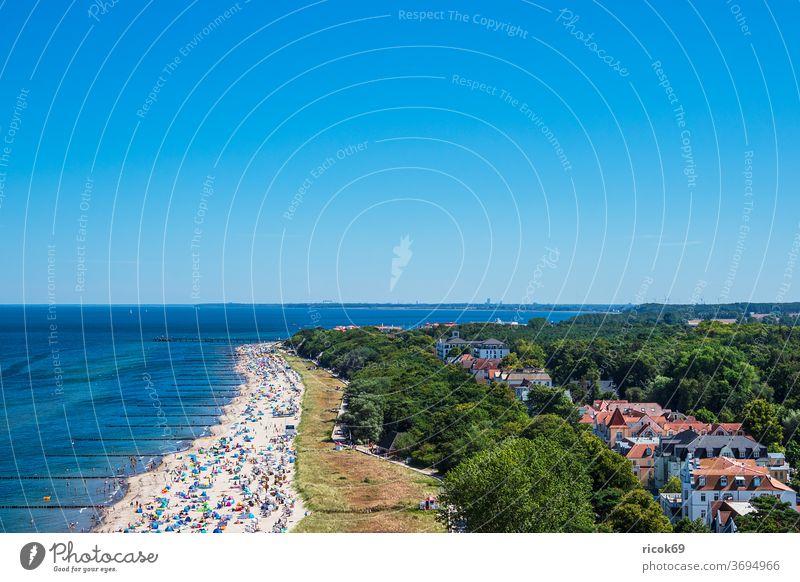 Blick auf die Stadt Kühlungsborn mit Strand und Ostsee Küste Ostseeküste Meer Architektur Bauwerk Gebäude Sehenswürdigkeit Buhne Wellenbrecher baden Sommer