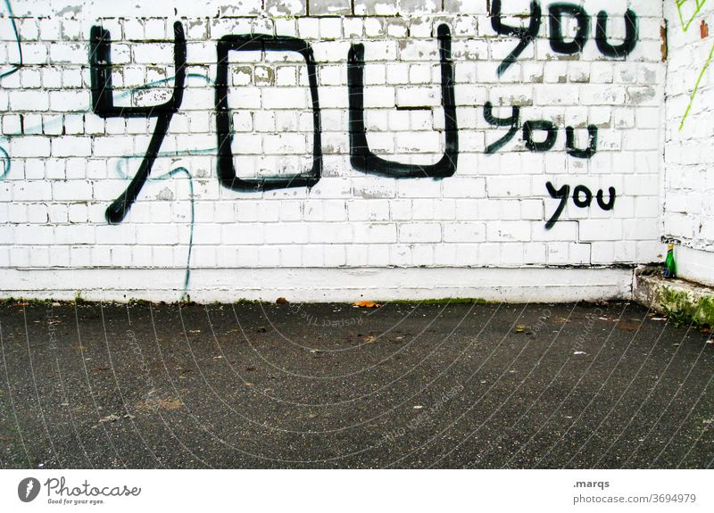 YOU you you you Wand weiß Backsteinwand Graffiti Schriftzeichen You Achtsamkeit selbstbewußt Aufmerksamkeit Typographie Mauer