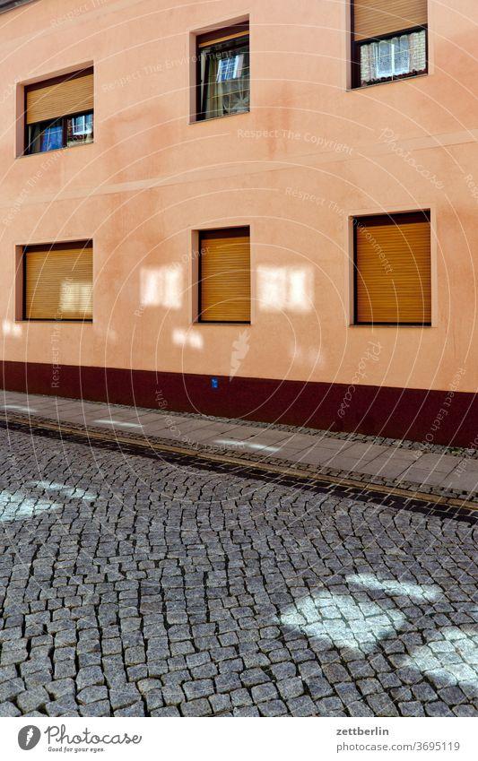 Fassade im Tränental sachsen sachsen-anhalt stadt stassfurt urban haus wohnhaus fanster fenster fassade fensterfront straße licht sonne lichtfleck mietshaus