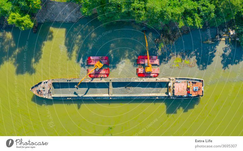 Luftaufnahme des Flusses, Kanal wird mit Bagger ausgebaggert oben Aktivität Antenne Baggerlader Lastkahn Boot Eimer Gebühr Tiefbau Sauberkeit Graben