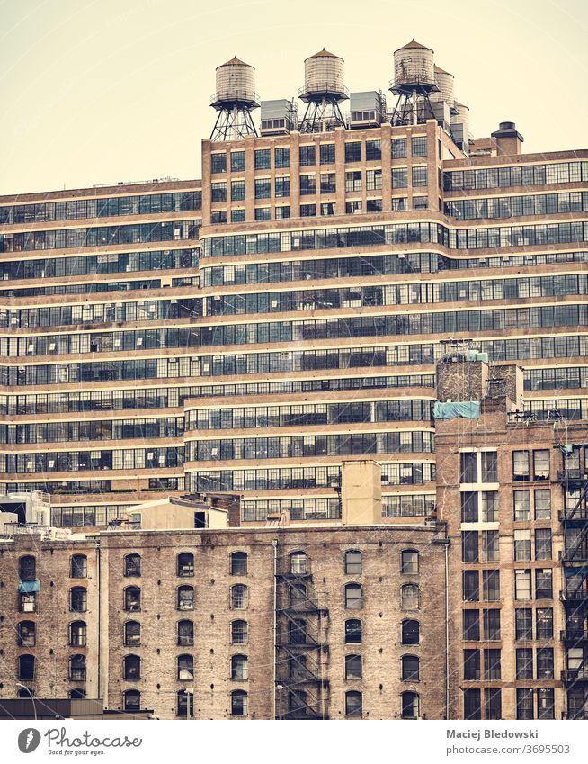 New Yorker Altbauten, Retro-Farbtonung angewandt, USA. neu Wasser Turm Tank Gebäude retro altehrwürdig Großstadt nyc Instagrammeffekt Fenster Baustein