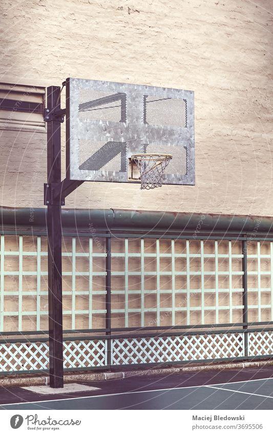 Basketballfeld im Freien an einer Gebäudewand, New York. Großstadt Sport Gericht New York State Reifen urban Wand gefiltert retro USA keine Menschen nyc