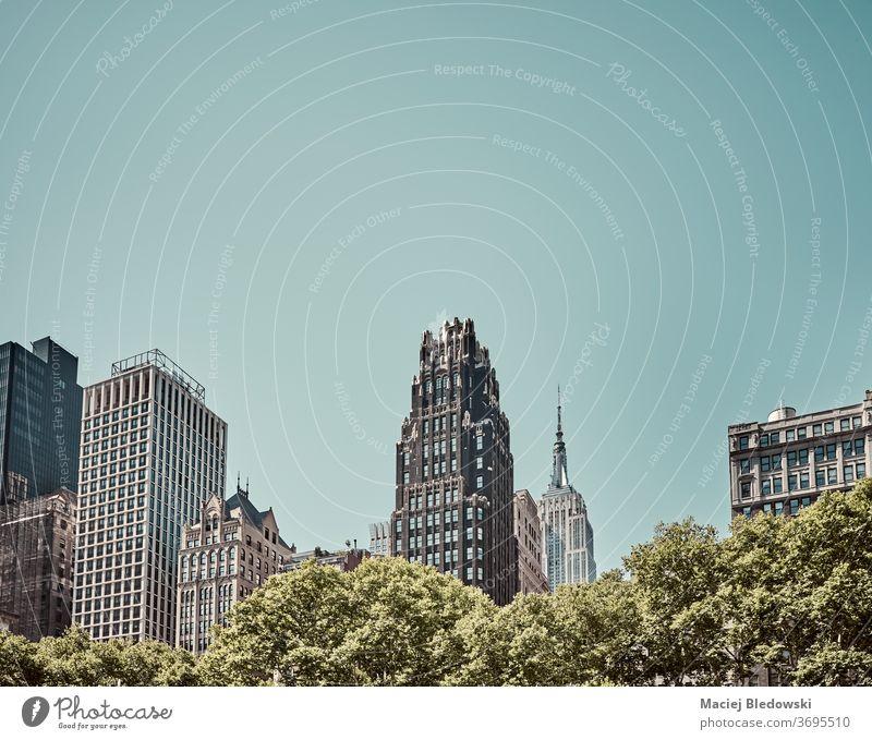 Die Skyline von New York City an einem sonnigen, wolkenlosen Tag, USA. neu Gebäude retro altehrwürdig Großstadt Himmel Park nyc amerika gefiltert Architektur