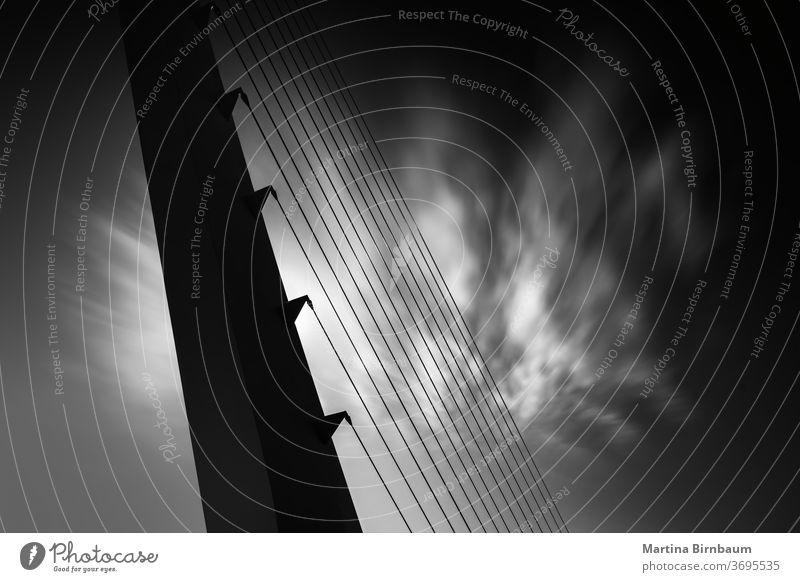 Nahaufnahme einer modernen Hängebrückenkonstruktion, schwarz-weiß, Langzeitbelichtung Himmel Kabel rottendes kalifornien Redding Brücke Sonnenuhr diagonal Fluss