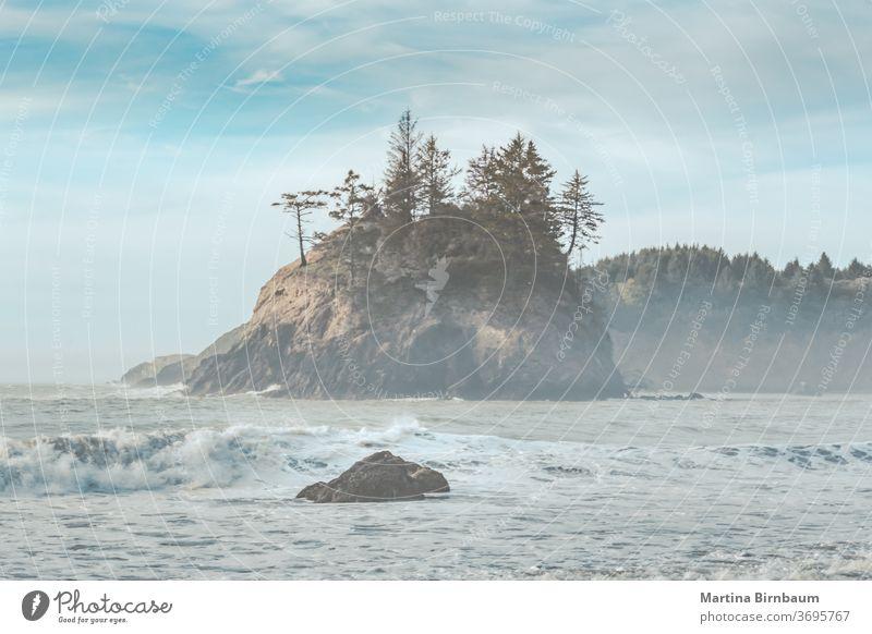 Am späten Nachmittag am nebligen Pazifik und einem Teil der kalifornischen Küste bei Eureka Paradies Kalifornien Tourismus malerisch Steine pazifik Küstenlinie