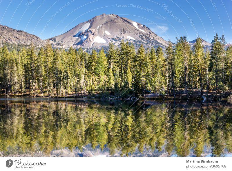 Mirror Lake im Lassen-Vulkan-Nationalpark, Kalifornien USA vulkanisch See Schnee Wasser Gipfel lassen Natur Park national Reflexion & Spiegelung Himmel