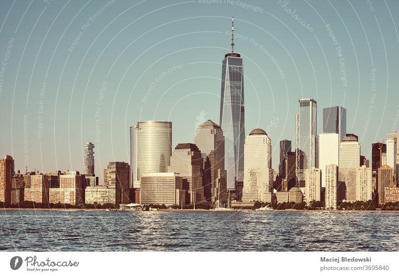 Skyline von Manhattan mit wolkenlosem Himmel bei Sonnenuntergang, New York City, USA. Großstadt New York State Wolkenkratzer Stadtbild retro nyc Fluss