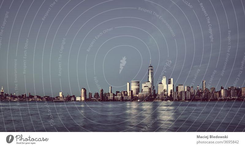 Panorama-Skyline von Manhattan mit Gebäuden, die das letzte Sonnenlicht reflektieren, New York. Großstadt New York State Sonnenuntergang Wolkenkratzer Stadtbild
