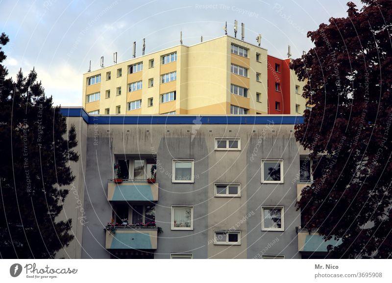 mit und ohne Anstrich mietshaus Gebäude Architektur urban Stadt Mietshaus wohnen wohnhaus fenster wohngebiet mehrfamilienhaus Nachbar Nachbarhaus Hochhaus