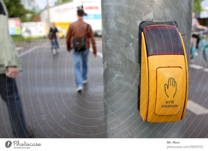 Bitte drücken ! Fußgängerübergang Ampel Verkehrswege Straße Stadt Straßenkreuzung Wege & Pfade Schilder & Markierungen gehen gelb Fahrradfahrer Asphalt