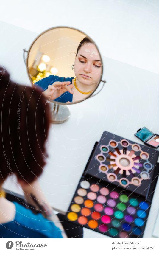 Frau beim Schminken Make-up Künstler Gesicht Schliere Fundament Sahne bewerben Kosmetik Stil Schönheit modern Produkt Dame Spiegel Reflexion & Spiegelung