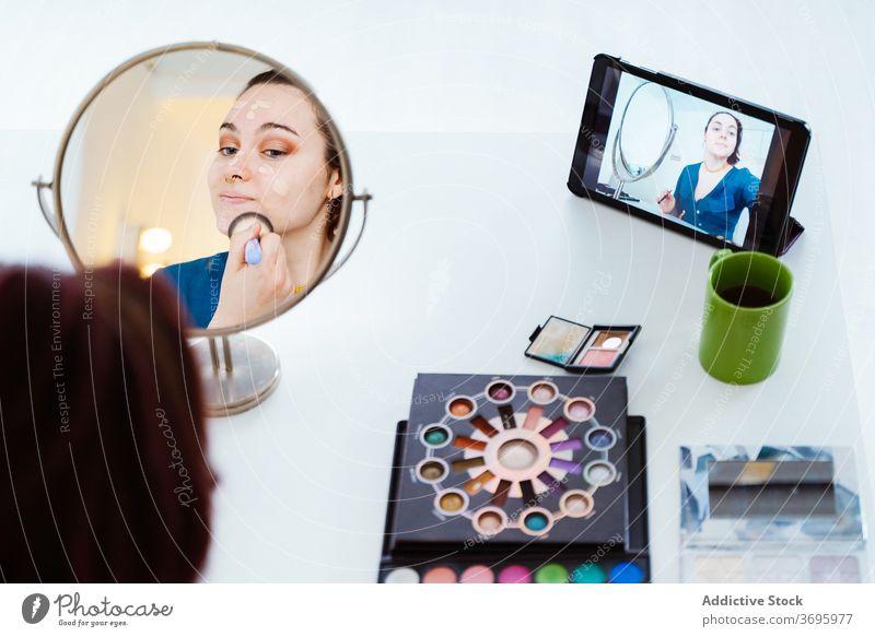 Frau macht Make-up und Aufnahme Video-Tutorial Künstler Gesicht Influencer online Smartphone Schliere Fundament soziale Netzwerke Sahne Handy Aufzeichnen