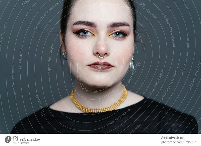 Frau mit Make-up und Piercing im Studio Überraschung Atelier perfekt Model Glamour Porträt emotionslos Gesicht Stil Hautpflege sanft charmant Schönheit