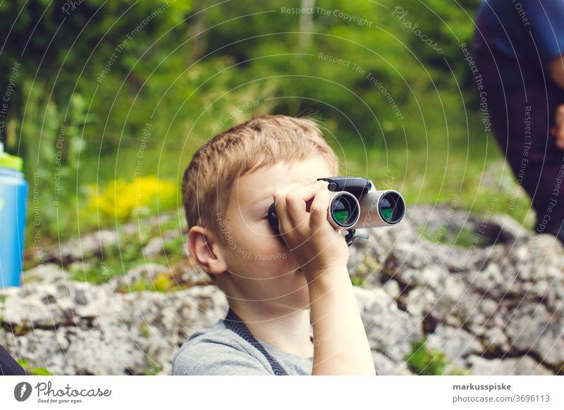 Junge mit Fernglas Kind Kindheit Abenteuer entdecken Entdecker fernsicht Feldstecher Zukunft Utopie positiv Optimismus