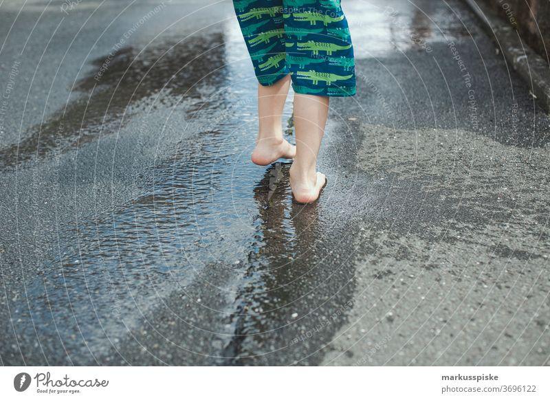 Junger Junge Abkühlung Sommer im Freien Dusche Vergnügen Kind Kindheit Kühlung kühlen Wassertropfen Tropfen Freizeit Spaß Garten Gartenschlauch Glück Feiertag