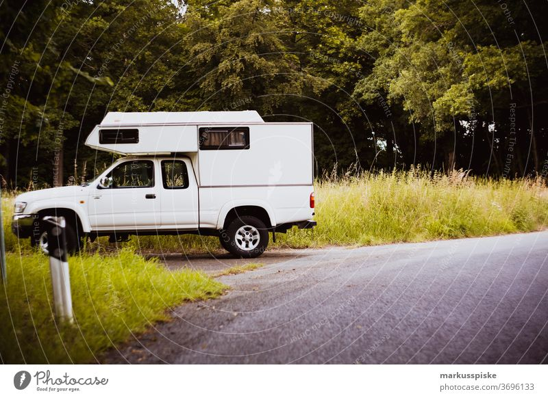 Wohnmobil Touring Adventure Pick up Abenteuer Bokeh Lager Camping entdecken Umwelt erkunden Wald grün natürlich im Freien Überleben Baum meadwo Straße abholen