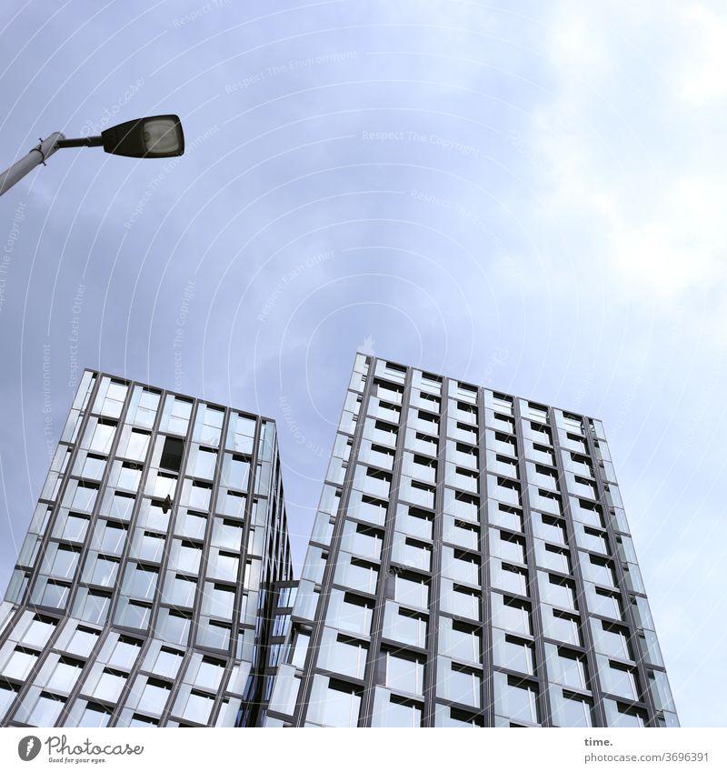 Bauwerk hochhaus architektur Irritation skurril Perspektive glas fenster wand mauer fassade lampe Menschenleer Farbfoto Wandel & Veränderung interessant