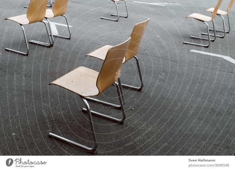 Stühle auf der Straße Stuhl Sitzgelegenheit alt minimalismus minimalistisch durcheinander Stillleben trist verlassen Einsamkeit Minimalismus Klasse Klassenraum