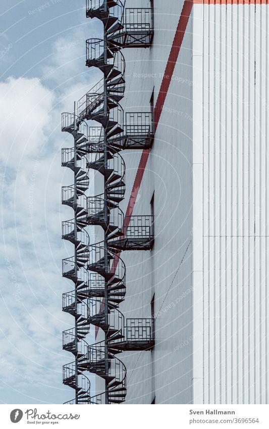DNA von Bremen Fassade ästhetisch modern Symmetrie Farbfoto Außenaufnahme Muster Strukturen & Formen Menschenleer blau planen Ordnung gleich Einsamkeit Stadt
