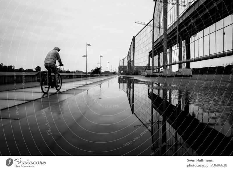 Radfahrer neben Bauzaun Fahrrad Fahrradfahren Verkehr Straße Sport Bewegung Freizeit & Hobby Gesundheit Mobilität Transport Straßenverkehr Radfahren Großstadt