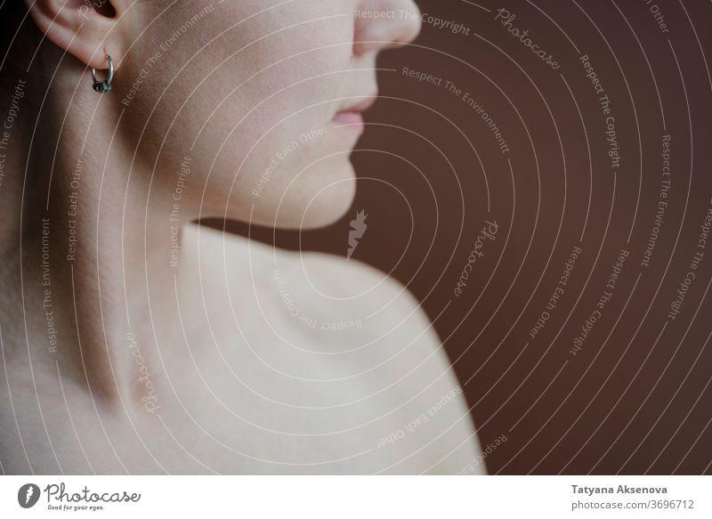 Hals und Kinn der Frau in Nahaufnahme auf Braun Pflege Haut jung Spa Porträt Gesicht attraktiv Erwachsener Behandlung Hautpflege Dame Menschen Wellness Erholung