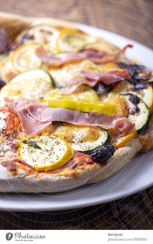 Pizza mit Zucchini Teller Schinken Käse Holz Lebensmittel Mahlzeit Italienisch zucchinipizza gemüsepizza gebacken tisch frisch diät gesund essen abendessen