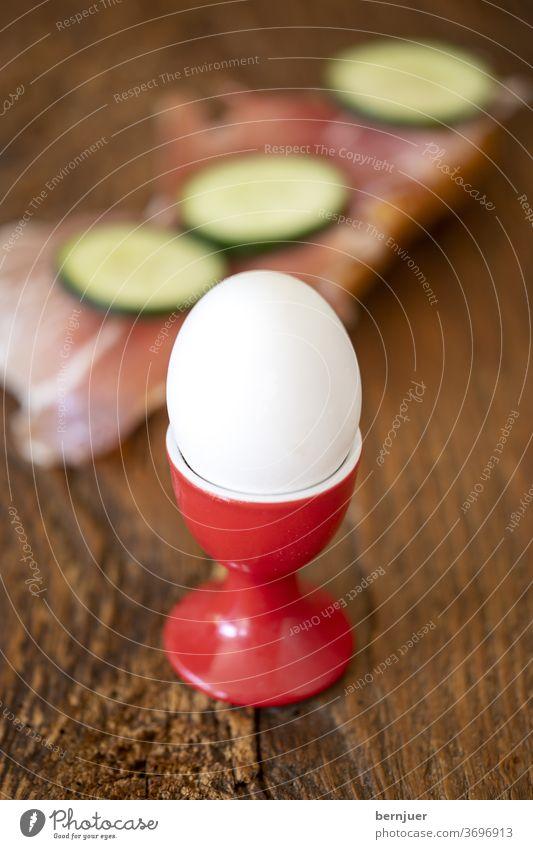 gekochtes Ei und Brot mit Schinken Eierbecher Nahaufnahme Essen Schinkenbrot frisch Frühstück gesund Hintergrund Einzel ein natürlich Protein weiß Eierschale
