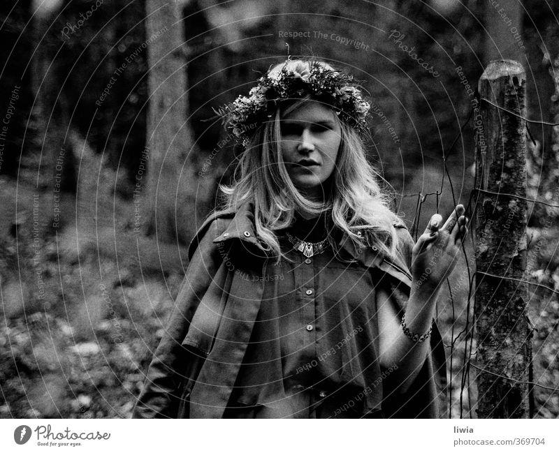 hide and seek Natur Einsamkeit Mädchen Landschaft Blume Wald Umwelt Frühling Stil Mode Kunst Stimmung Kraft blond Wandel & Veränderung geheimnisvoll