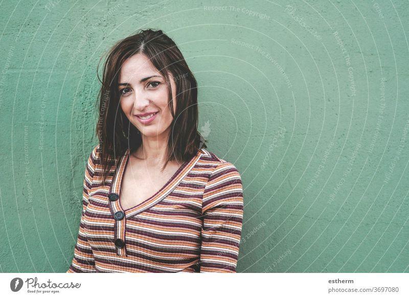 Lächelnde junge Frau Junge Frau schön elegant Stehen urban gefühlsbetont gestikulierend natürlich lässig Ausdruck Menschen Mode Lifestyle Schönheit stylisch