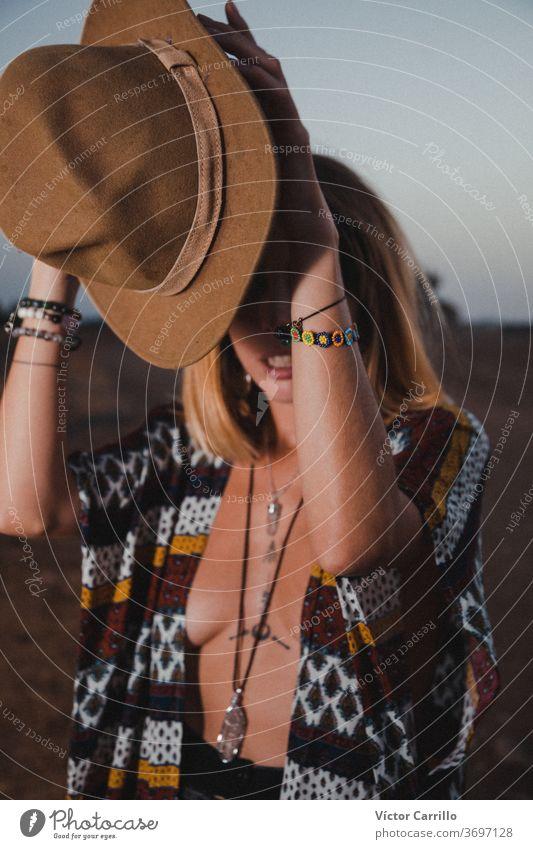 Boho-Mädchen auf dem Land vor dem Hintergrund des Mondhimmels Frau einsam Blick Wind Sonnenaufgang Konzept unmöglich wahr werden Urlaub Unwetter Menschen