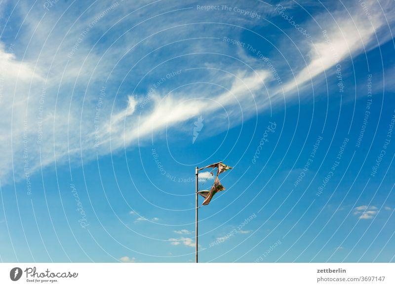 Anonyme Fahne im Wind abend altocumulus drohend dunkel dämmerung düster fahne fahnenmast farbspektrum feierabend fetzen froschperspektive gewitter haufenwolke