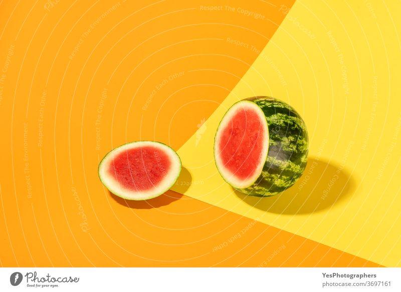 Wassermelone isoliert auf farbigem, abstraktem Hintergrund. Geschnittene Wassermelone kreatives Layout hell farbenfroh geschnitten ausschneiden Schiffsdeck