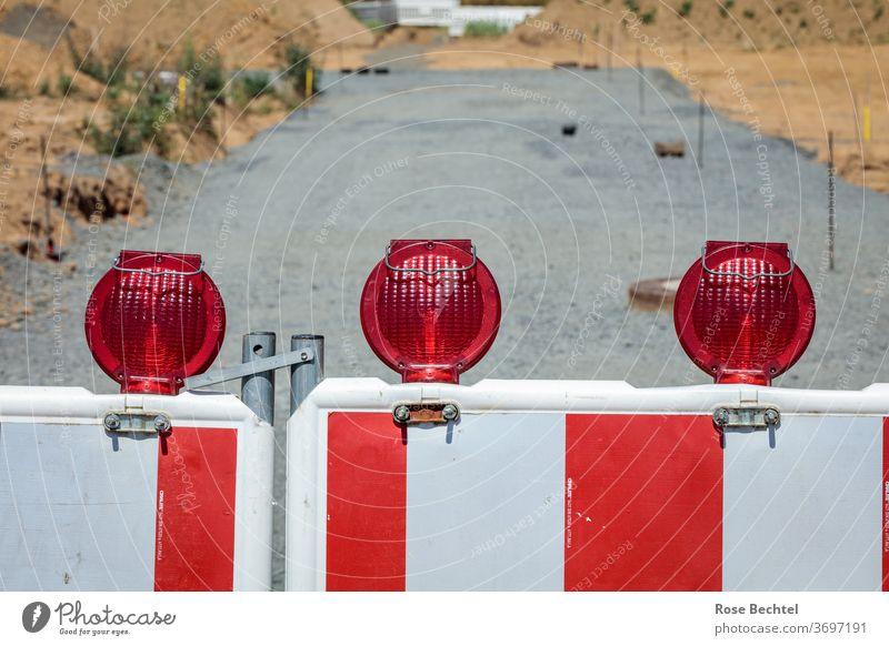 Rotweißes Absperrgitter Gitter Absperrung Sicherheit Schutz Barriere Baustelle Zaun Straßenbau Außenaufnahme rot Bauzaun Verbote Menschenleer
